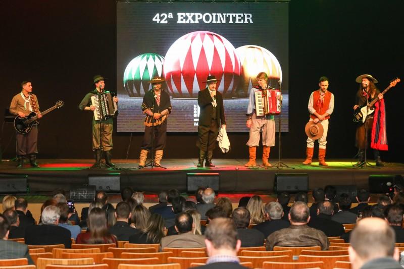 Shows de dança e música tradicionalista marcaram o lançamento da feira